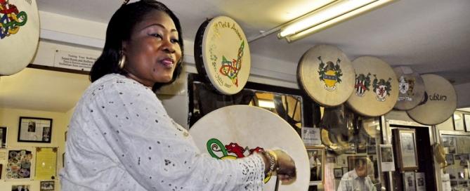 Roundston – תוף אירי ואשה שחורה מגאנה