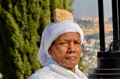 אשה בחג הסיגד עם אבן על ראשה