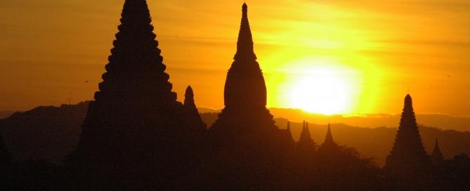 באגאן – שקיעה מעל המקדשים