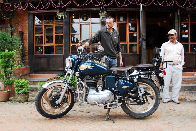 סיימון – ילד גבר בנפאל, ההימליה על אופנוע   ROYAL ENFIELD