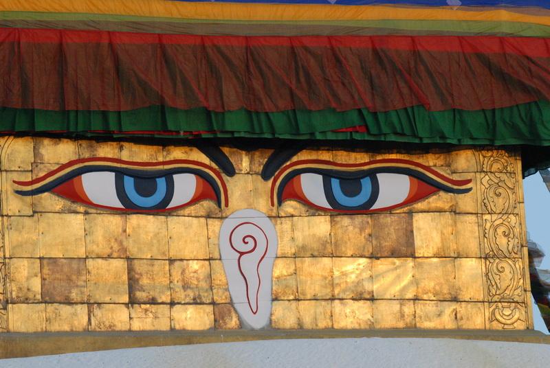 בודהאנאט בקטמנדו - העיניים בוחנות אותי