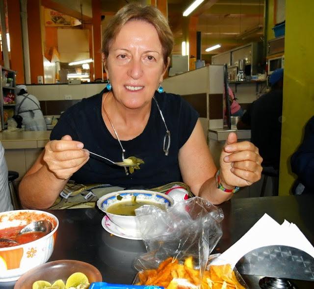 אני אוכלת בשוק סנטה קלרה בקיטו, אקוודור