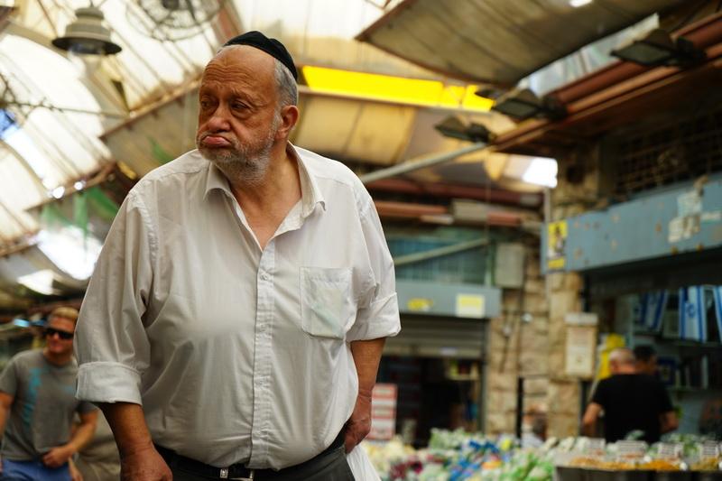 אנשים בשוק מחניודה בירושלים