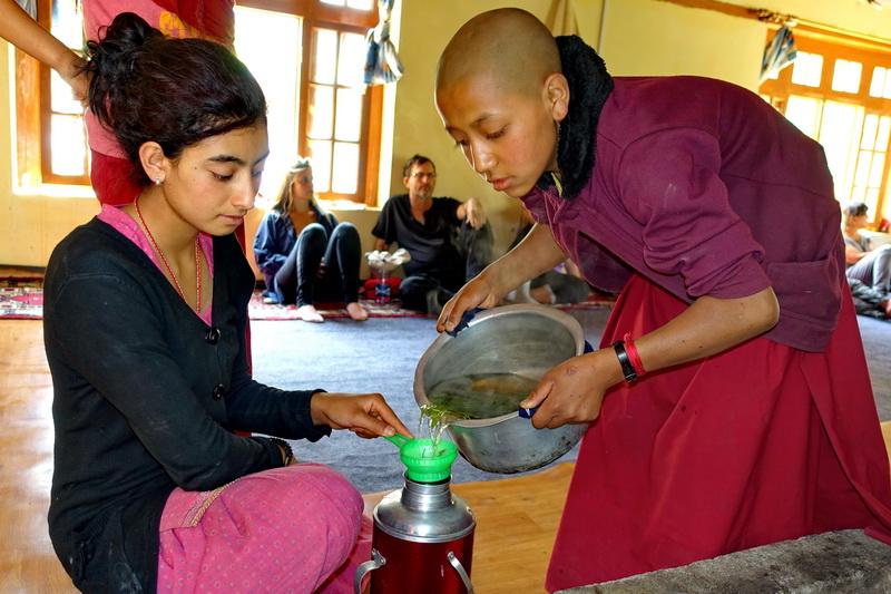 במנזר הנשים מזגו לנו החניכות תה צמחים טעים