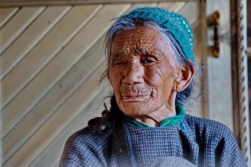 אם המשפחה, לאדאק. צפון הודו. היא מעורבת בשיחה, ועל פיה יישק דבר