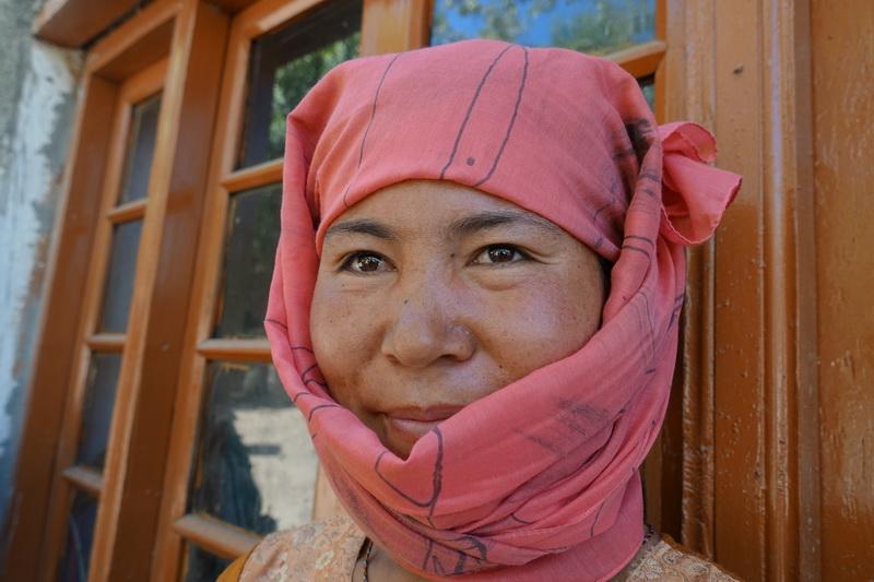 היא נשאה סל גדול מאד, כבד מאד,  על כתפיה, סל של כרוביות, והביאה למקדש הבודהיסטי שליד הבית שלה