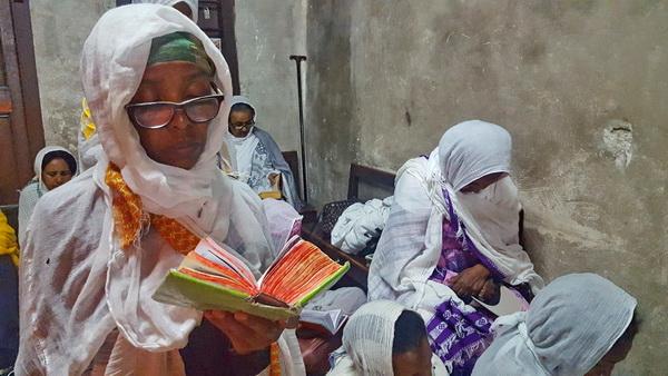 עולה לרגל מאתיופיה במתחם האתיופי על גג כנסית הקבר בירושלים
