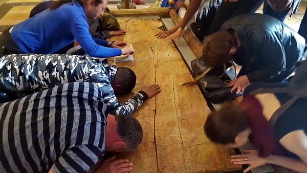 מאמינים מנשקים את אבן המשיחה בכנסית הקבר - עליה הונחה גופתו של ישוע לאחר הצליבה לטהרה, לפני הקבורה