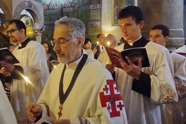 כהן בתהלוכת יום ששי הטוב המשחזרת את קבורתו של ישוע במתחם כנסית הקבר בירשולים