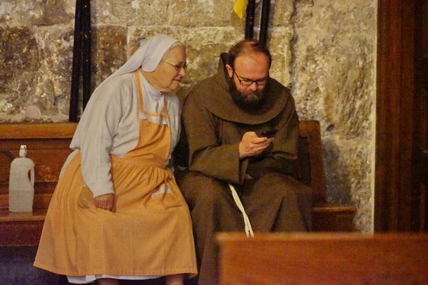 נזירה ונזיר, הקפלה הקתולית בכנסית הקבר