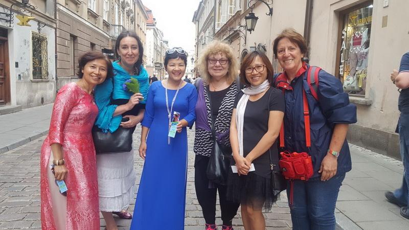 שלוש נשים, יהודיות, וייטנאמיות