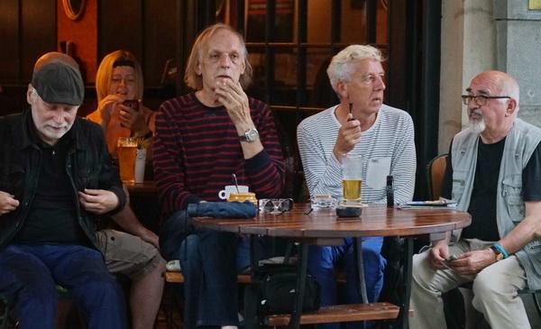 ארבעה גברים בבית קפה... כמו ציידים