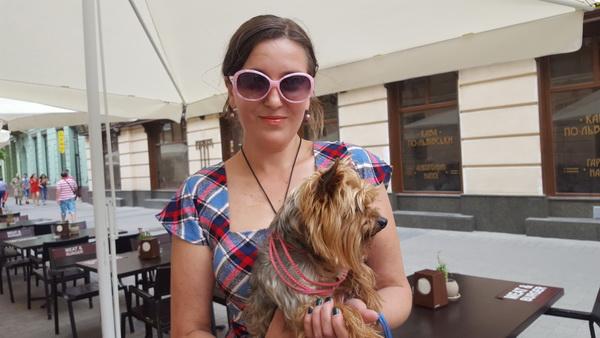 את מסכימה להצטלם, שאלתי? למה? כי את יפה? ואז לקחה את הכלב ועמדה מולי. היא אוקראינית. דור שני. נורמלית לגמרי