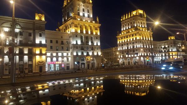 מינסק מוארת בלילה באור יקרות
