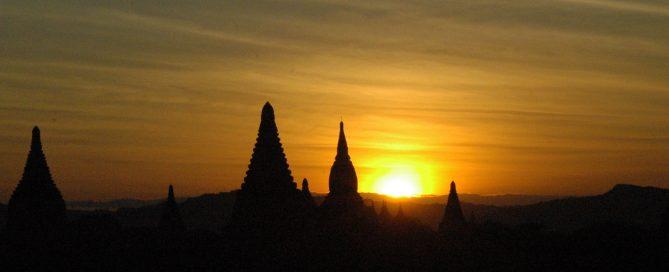 באגאן במיאנמאר – אני צופה אל השקיעה מול  מקדשי זהב