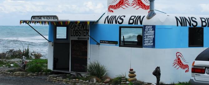 אשה לבד על חוף הים  – NINS BIN בקאיקורה