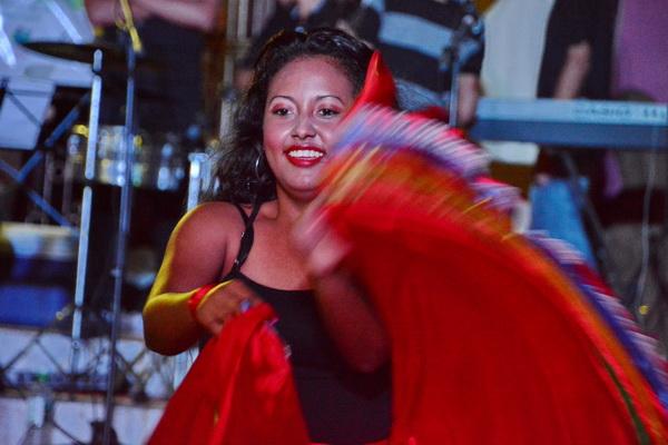 נערה רוקדת בקרנבל רחוב ב ESTELI